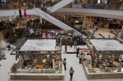 Gente que camina y escalera móvil del uso para moverse hacia arriba y hacia abajo para la tienda Fotografía de archivo