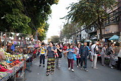 Gente que camina y que hace compras en la calle que camina de domingo Imágenes de archivo libres de regalías