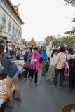 Gente que camina y que hace compras en la calle que camina de domingo Fotografía de archivo