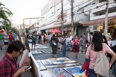 Gente que camina y que hace compras en la calle que camina de domingo Imagenes de archivo