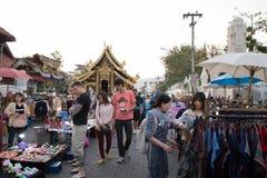 Gente que camina y que hace compras en la calle que camina de domingo Imagen de archivo