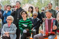 Gente que canta canciones revolucionarias en China de Shangai del parque de fuxing Imagenes de archivo
