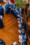 Gente que canta en el coro en la torre de Clerigos fotos de archivo