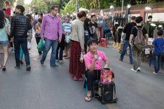 Gente que canta para la caridad del dinero en la calle que camina de domingo Imagenes de archivo