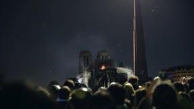 Gente que canta y que ruega durante el fuego de la catedral de Notre Dame metrajes
