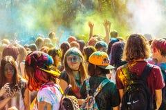 Gente que celebra durante el tiro del color en el festival o de Holi Fotografía de archivo libre de regalías
