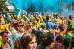 Gente que celebra durante el tiro del color en el festival o de Holi Foto de archivo libre de regalías