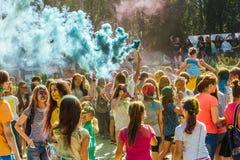 Gente que celebra durante el tiro del color en el festival o de Holi Imagen de archivo