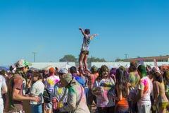 Gente que celebra el festival de Holi de colores. imagenes de archivo