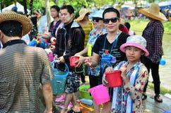 Gente que celebra el festival de Songkran Imagen de archivo libre de regalías