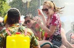 Gente que celebra festival del agua de Songkran Foto de archivo