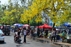 Gente que celebra Songkran (festival tailandés del Año Nuevo/agua) en las calles Fotografía de archivo libre de regalías