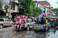 Gente que celebra Songkran (festival tailandés del Año Nuevo/agua) en las calles Imagen de archivo libre de regalías