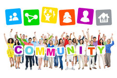 Gente que celebra y que lleva a cabo a la comunidad de la palabra Fotos de archivo libres de regalías