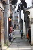 Gente que charla en la calle histórica Fotografía de archivo
