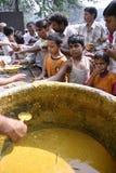 Gente que come el bocado en el roadsid Foto de archivo libre de regalías