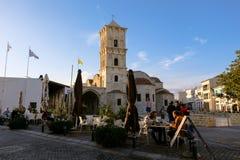 Gente que come en el centro de Larnaca, cerca del santo Lazarus Church Imagenes de archivo