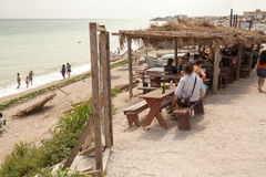 Gente que come en un restaurante de la playa Fotos de archivo libres de regalías