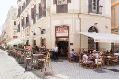 Gente que come fuera de un restaurante Imagenes de archivo