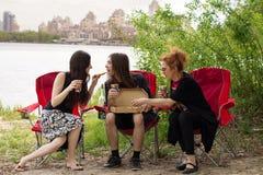 Gente que come la pizza Foto de archivo libre de regalías
