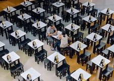 Gente que come y que bebe en el centro comercial de Castilleja de la Cuesta Aire Sur Fotos de archivo