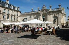 Gente que come y que bebe en un restaurante de Nancy Imagenes de archivo