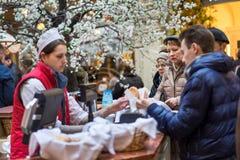 Gente que compra en tienda de la goma Fotografía de archivo libre de regalías