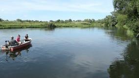 Gente que conduce a lo largo del río de Havel con un barco pesca en tiempo de verano metrajes