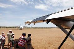Gente que consigue abajo en la pista de aterrizaje de Mara Serena foto de archivo libre de regalías