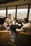 Gente que conversa en restaurante Fotografía de archivo libre de regalías