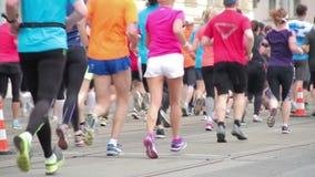 Gente que corre en el medio evento del maratón almacen de video