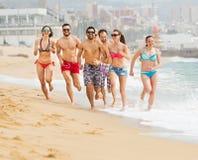 Gente que corre en la playa Fotografía de archivo libre de regalías