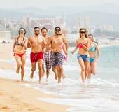 Gente que corre en la playa Imagen de archivo libre de regalías
