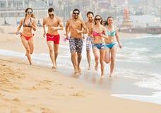 Gente que corre en la playa Foto de archivo