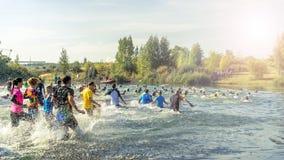 Gente que corre en un lago Imagenes de archivo