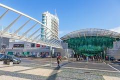 Gente que cruza el camino delante de la entrada de Vasco da Gama Shopping Centre Imágenes de archivo libres de regalías