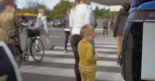 Gente que cruza el camino en cebra almacen de metraje de vídeo