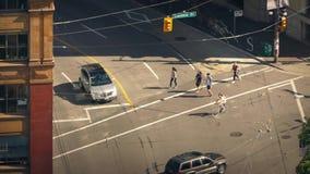 Gente que cruza el camino en Sunny Downtown metrajes