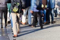 Gente que cruza la calle Imagen de archivo