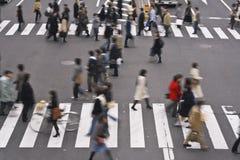 Gente que cruza la calle Fotos de archivo libres de regalías