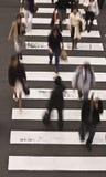 Gente que cruza la calle Imagenes de archivo