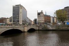 Gente que cruza sobre el puente, río Liffey, centro de la ciudad, Dublín, Irlanda, caída, 2014 imágenes de archivo libres de regalías