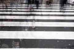 Gente que cruza un camino Foto de archivo libre de regalías