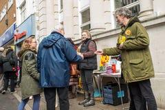 Gente que da prospectos en la parada anti del mercado de UKIP en Thanet South Fotografía de archivo libre de regalías