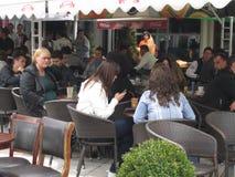 Gente que da une vuelta en Bitola imagenes de archivo