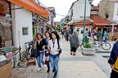 Gente que da une vuelta en Bitola fotos de archivo libres de regalías