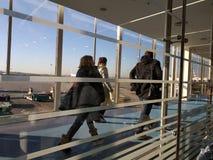 Gente que deja el aeroplano Foto de archivo libre de regalías