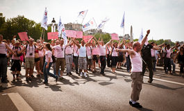 Gente que demuestra contra SIDA Imagenes de archivo