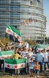 Gente que denuncia los ataques aéreos sirios en la Duma Foto de archivo libre de regalías