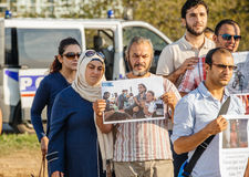 Gente que denuncia los ataques aéreos sirios en la Duma Foto de archivo